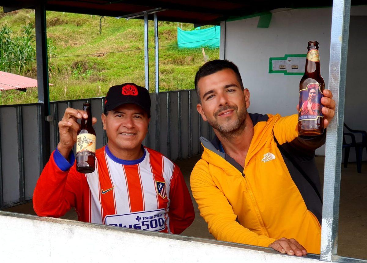 Rubén Darío (Iz) y Nino Cervera posan sonrientes con 'La Roja' en sus manos. Nino Cervera