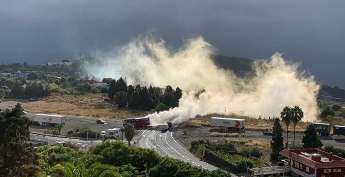 El humo de la avería de una guagua turística alerta a vecinos de La Palma