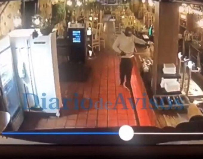 """""""Todo pasó en un minuto y medio""""; un encapuchado armado con una 'katana' atraca un restaurante en el Puerto de la Cruz"""