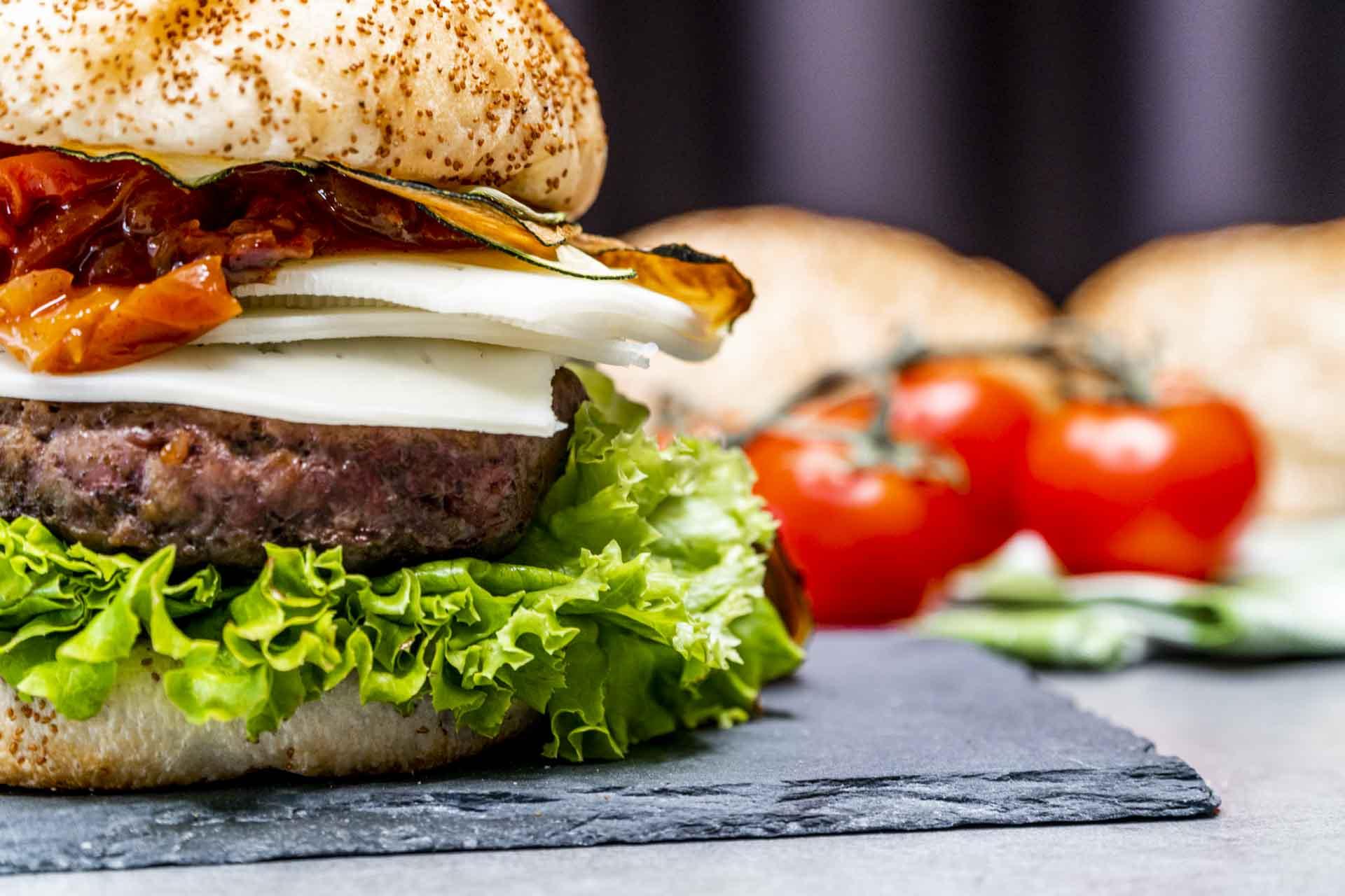 Receta de María Alcázar de hamburguesa ecológica con chutney de tomates cherry y chips de calabacín / Foto: Juan Carlos Pérez