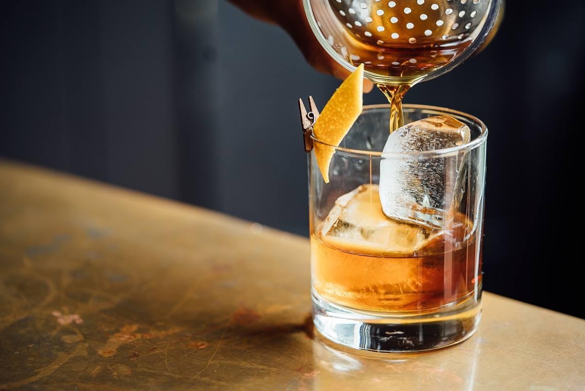 Vaso con bebida alcohólica. Pixabay