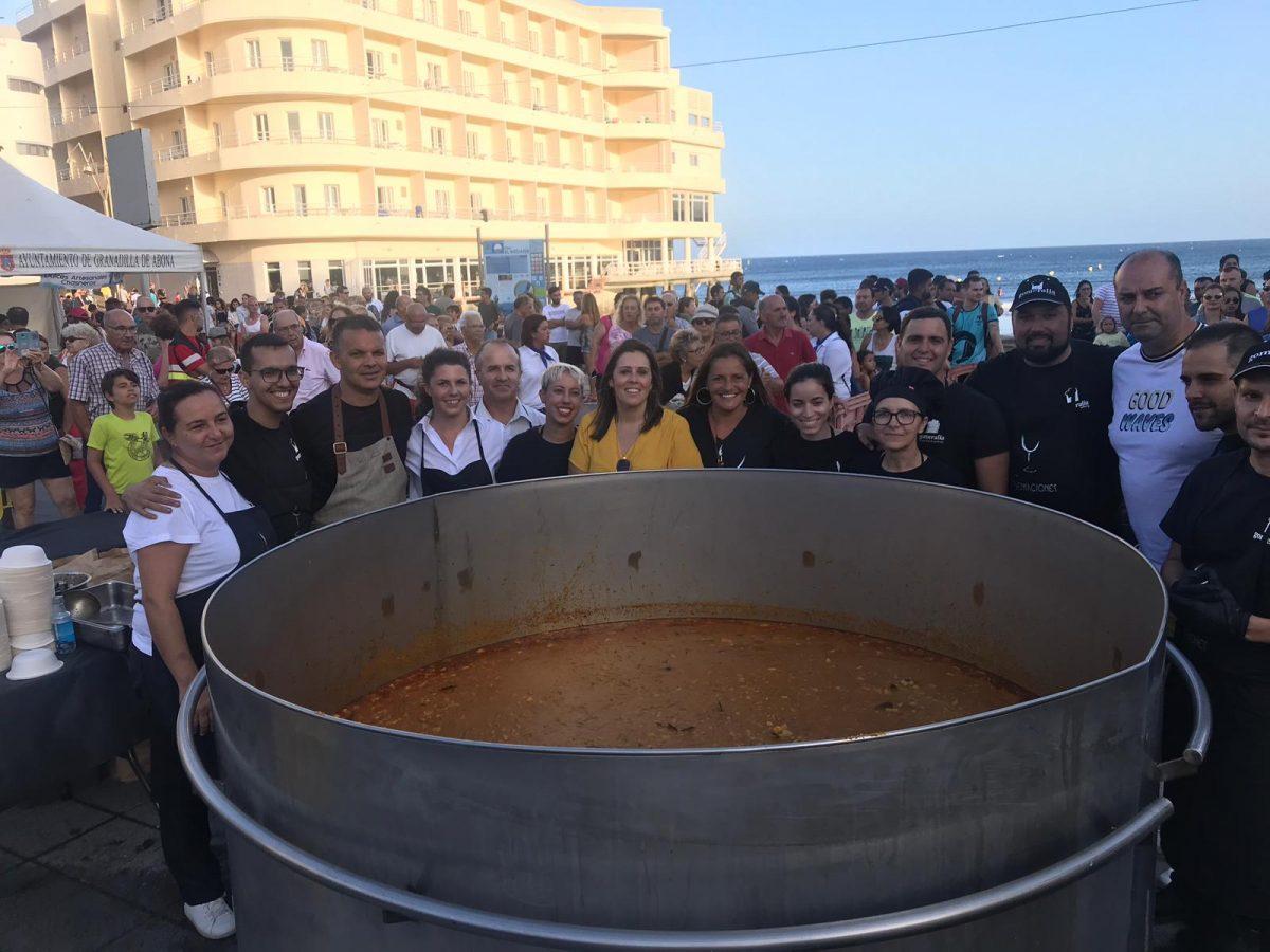 Hubo colas para degustar el guiso solidario, en el que se emplearon 180 kilos de bonito, 150 de papas 75 de cebollas y 240 litros de agua, entre otros ingredientes. DA