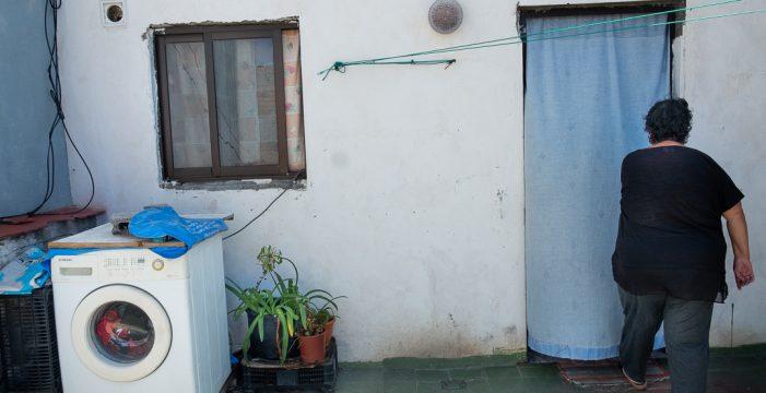 Una familia de cinco miembros pierde su casa y los 326 euros con los que vive