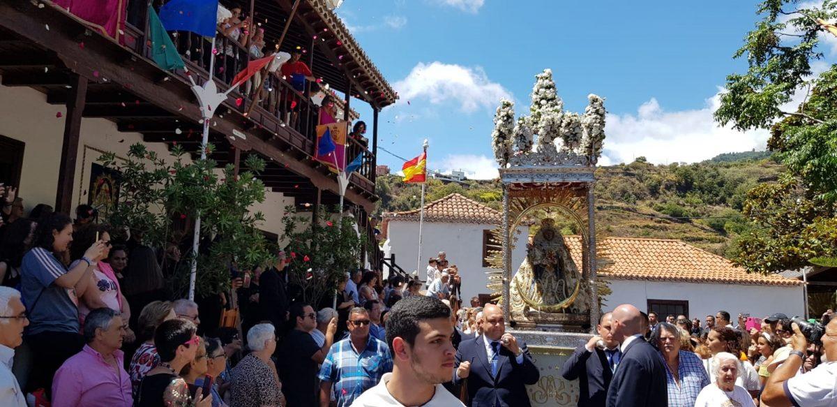 Miles de personas se dieron cita en la capital palmera ayer para rezarle y pedirle protección a la Virgen de las Nieves. DA