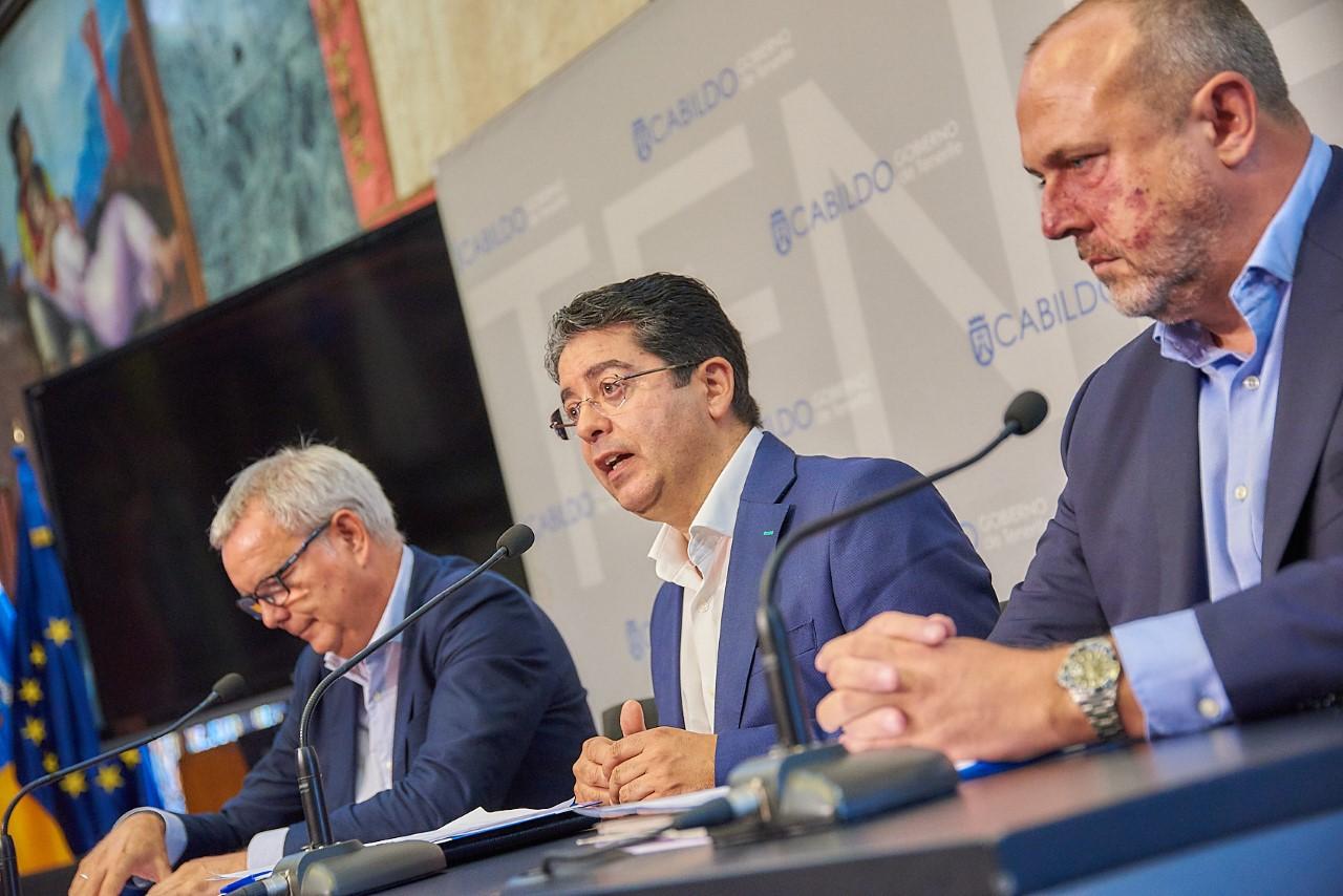 De izquierda a derecha, el consejero de Obras Públicas del         Gobierno de Canarias, Sebastián Franquis (PSOE), el presidente del Cabildo tinerfeño, Pedro Martín (PSOE) y el consejero insular de Carreteras, Enrique Arriaga. DA