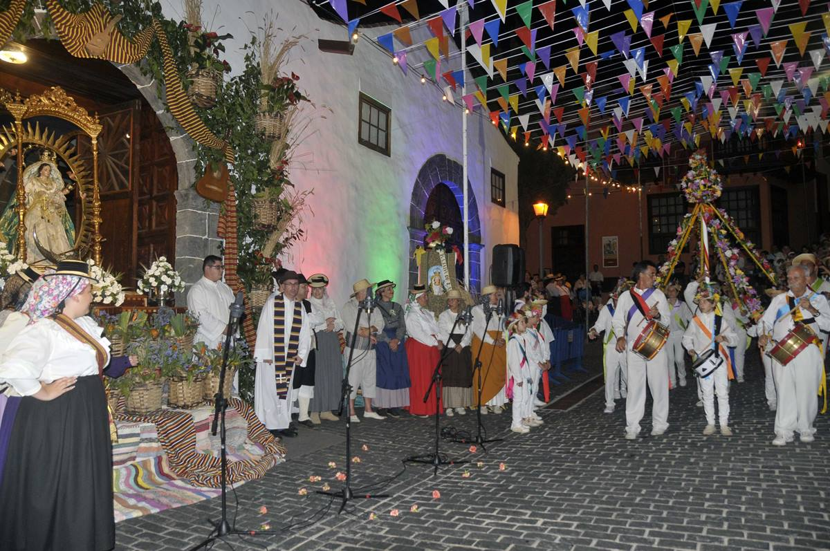 El recorrido atravesó un primer tramo de monte, se adentró en la zona urbana a través de El Farrobo y llegó a las puertas de la iglesia del Dulce Nombre de Jesús, donde culminó la fiesta. DA