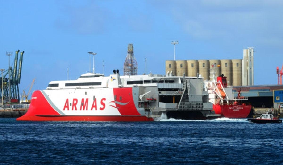 El catamarán Volcán de Tagoro, a su llegada al puerto de La Luz y de Las Palmas. DA