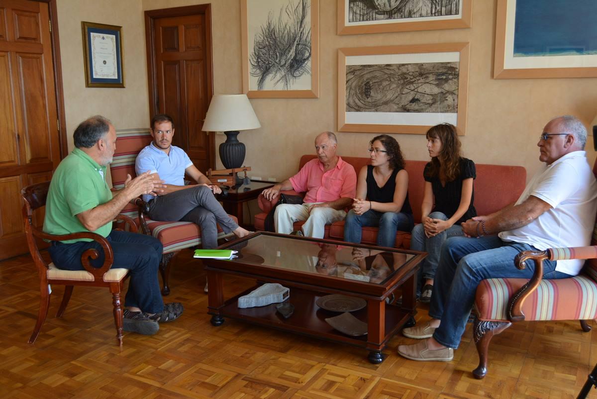 Momento de la reunión celebrada ayer en el Cabildo de La Palma entre Zapata y Cabrera junto a la Plataforma. DA