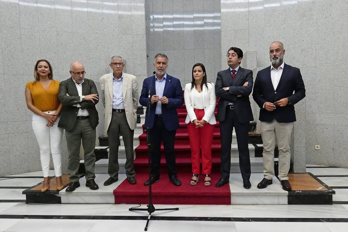 Ángel Víctor Torres y Yaiza Castilla, con los presidentes de los cabildos de Lanzarote, Gran Canaria, Tenerife y Fuerteventura. DA