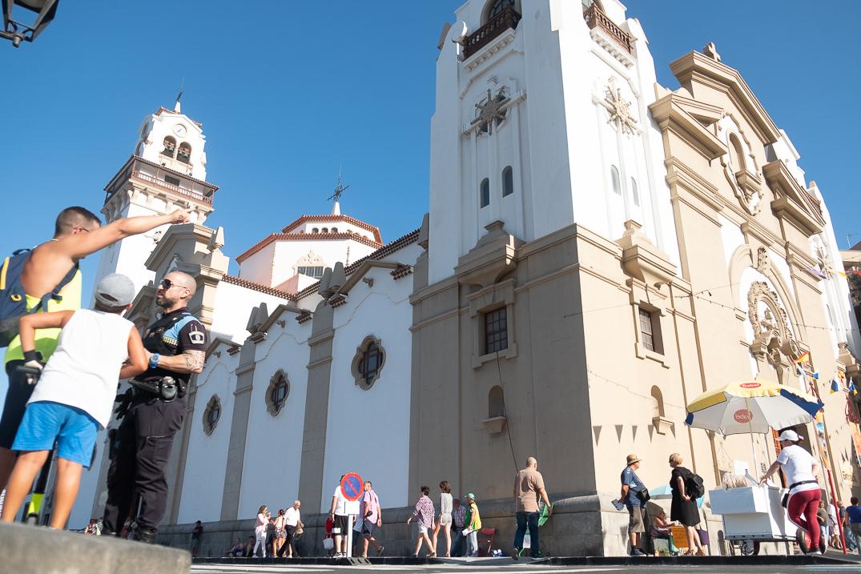 El ambiente festivo en la plaza de la Patrona de Canarias invitaba ayer a disfrutar de la soleada tarde,                       a pesar del fuerte calor reinante, un espacio en el que el flujo de peregrinos y visitantes se mantuvo constante a lo largo de todo el día y que siguió recibiendo gente durante toda la noche. Fran Pallero