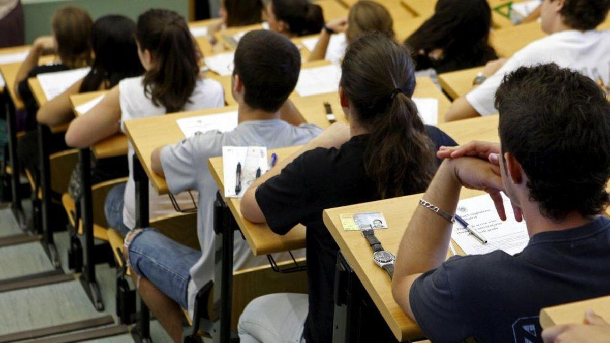 Estudiantes en un examen de Selectividad (foto de archivo). EFE