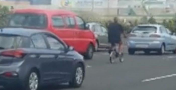Se pasea tranquilamente en bicicleta por una autopista grancanaria