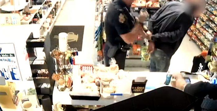Intenta pagar con una tarjeta robada y lo detiene un policía que estaba detrás suyo