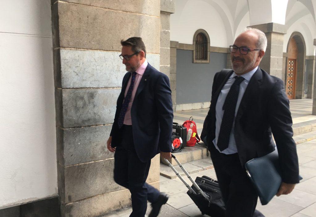 El juez Salvador Alba, a la izquierda, con el abogado Pedro Ayala a su llegada a la Audiencia Provincial de Las Palmas| EUROPA PRESS