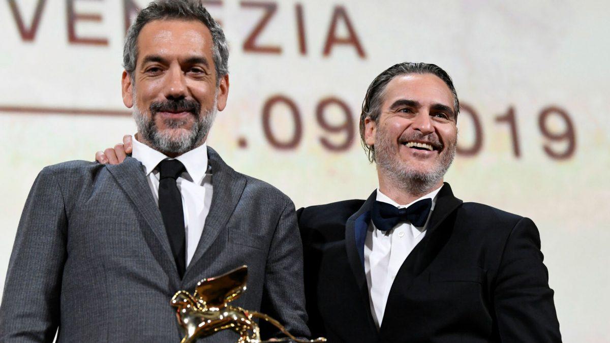 Todd Phillips y Joaquin Phoenix con el León de Oro. Reuters
