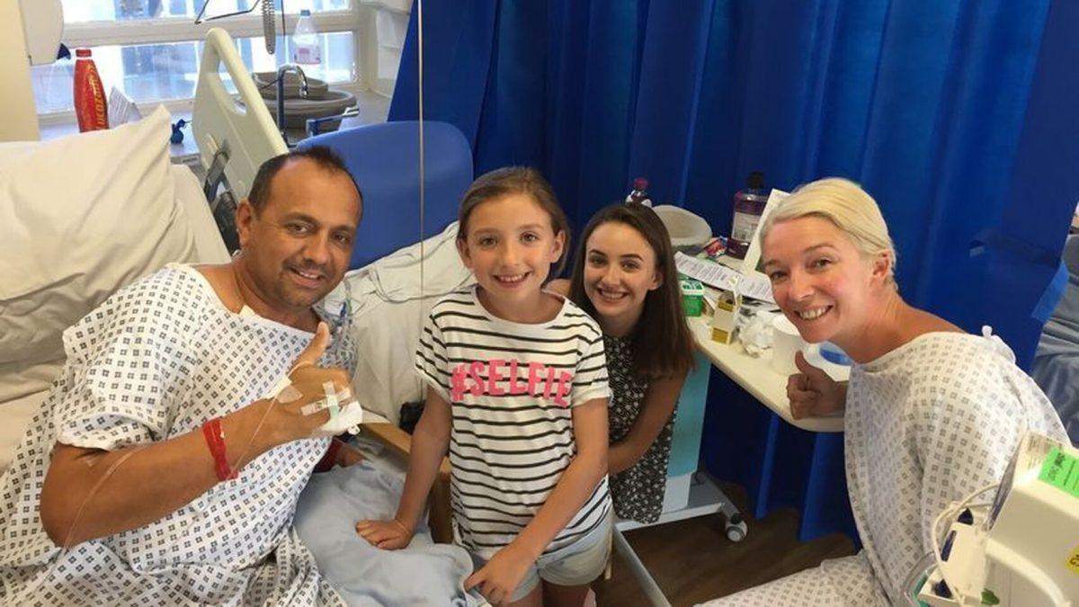 La pareja, tras ser operados, posan junto a sus dos hijas menores. El Español