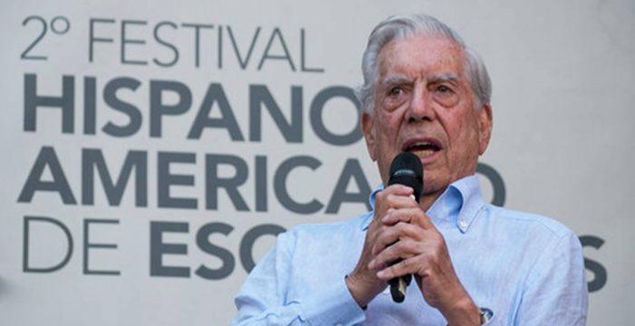 """Vargas Llosa: """"Aprender a leer es lo más grande que me ha pasado en la vida"""""""