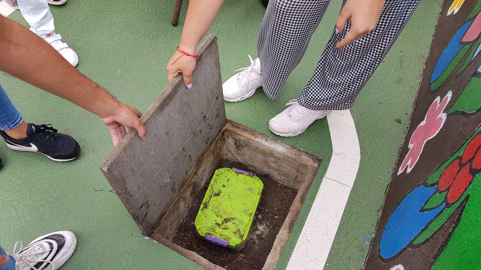 Exalumnos de un colegio tinerfeño abren la cápsula del tiempo que enterraron cuando eran niños. | DA