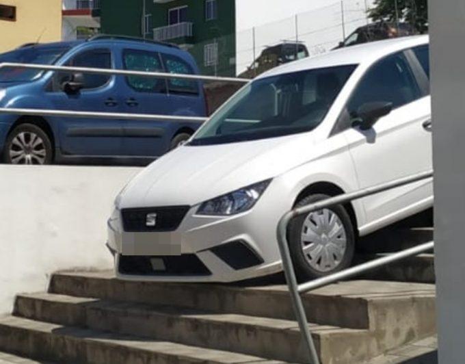 Olvida dejar el freno de mano puesto y su coche casi cae por unas escaleras en Icod