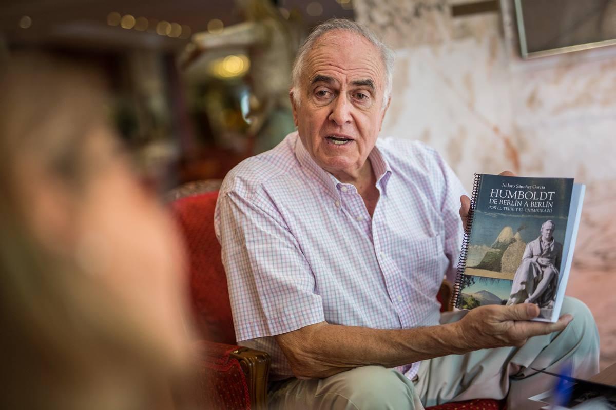 Isidoro Sánchez, vicepresidente de la asociación que lleva el nombre del naturalista alemán, junto a su último libro, que también presentará            en el marco del programa de actividades. DA
