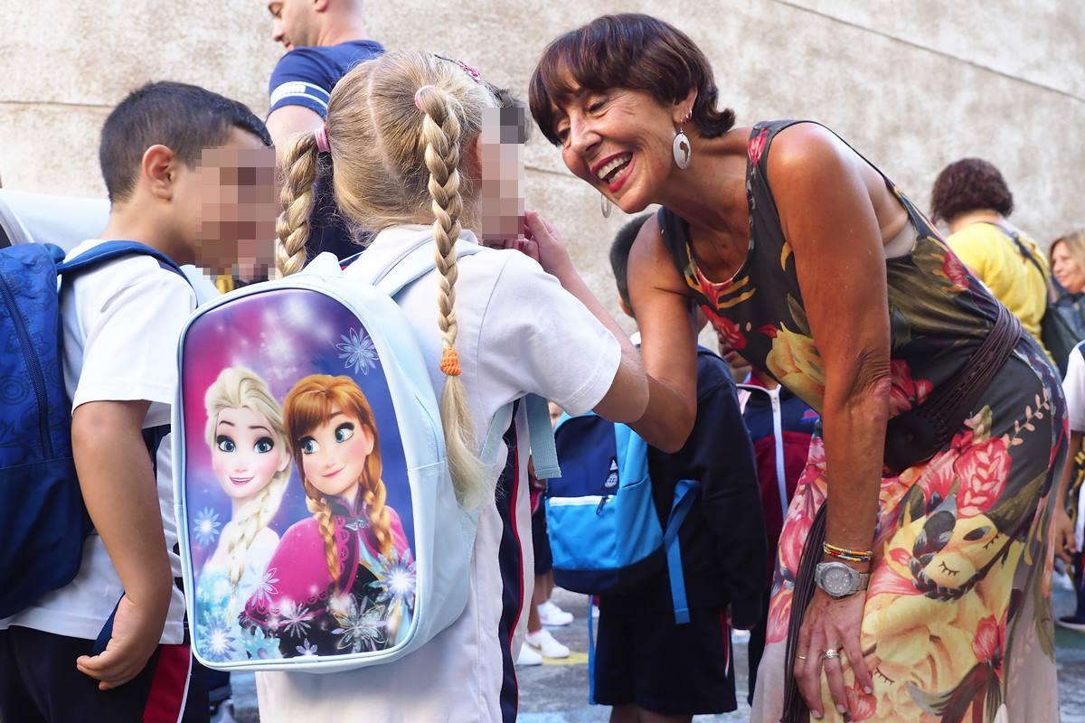 Las vacaciones de verano de los pequeños dieron para mucho, por eso esta niña puso al día a su maestra enseñándole el hueco que dejó uno de los dientes de leche que se le cayeron. Sergio Méndez