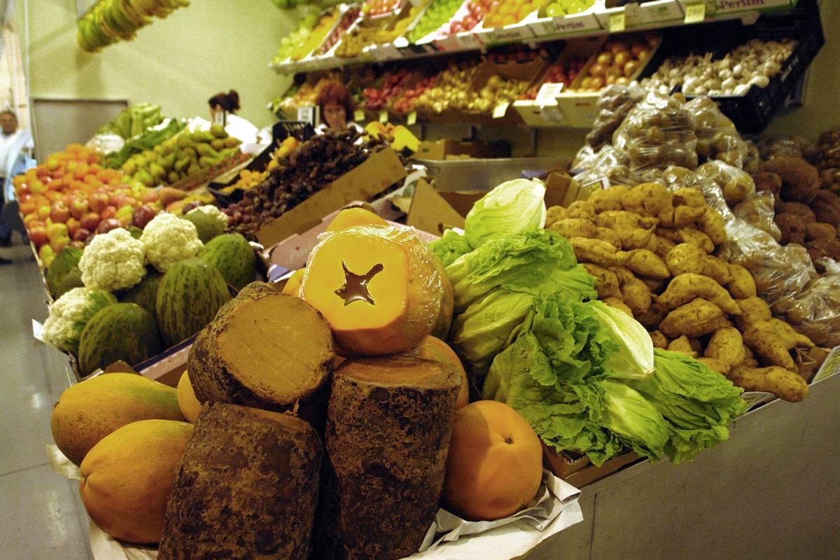 Imagen de un puesto de verduras en un mercado local. DA