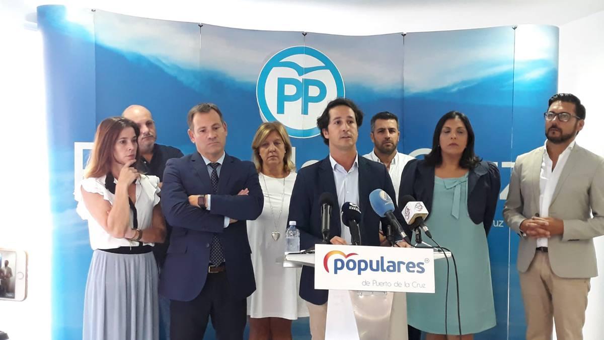 El presidente del PP, Ángel Montañés, y sus siete compañeros apoyaron de forma incondicional a Lope Afonso. DA