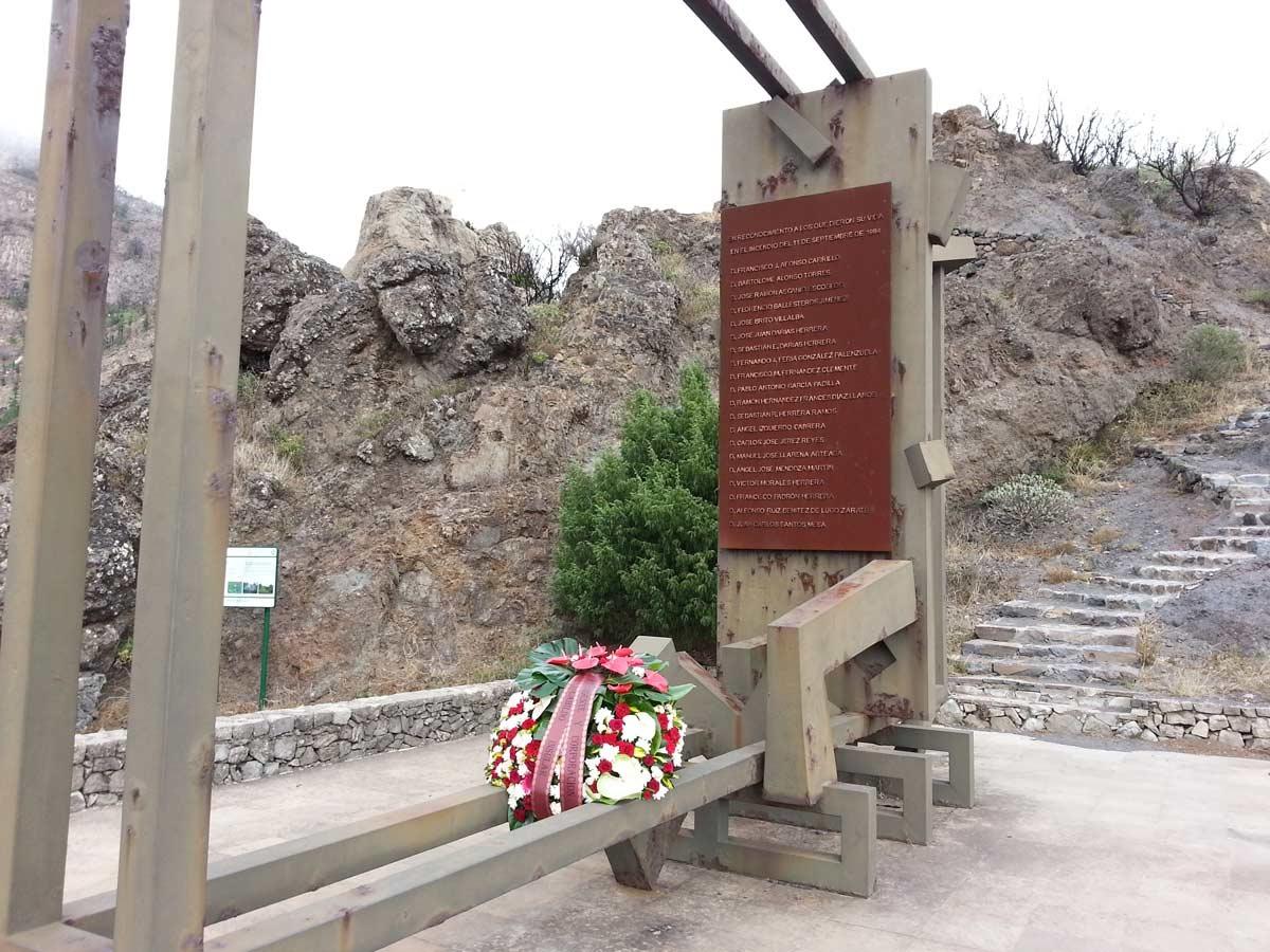 Monumento en memoria de los veinte fallecidos, obra de José Abad, donde hoy volverá a colocarse una corona. DA