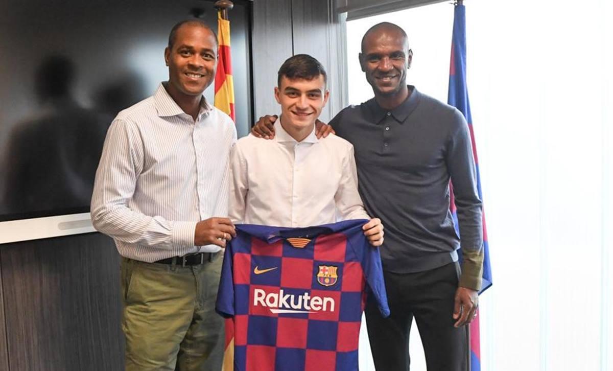 Pedri, con Kluivert y Abidal. FC Barcelona
