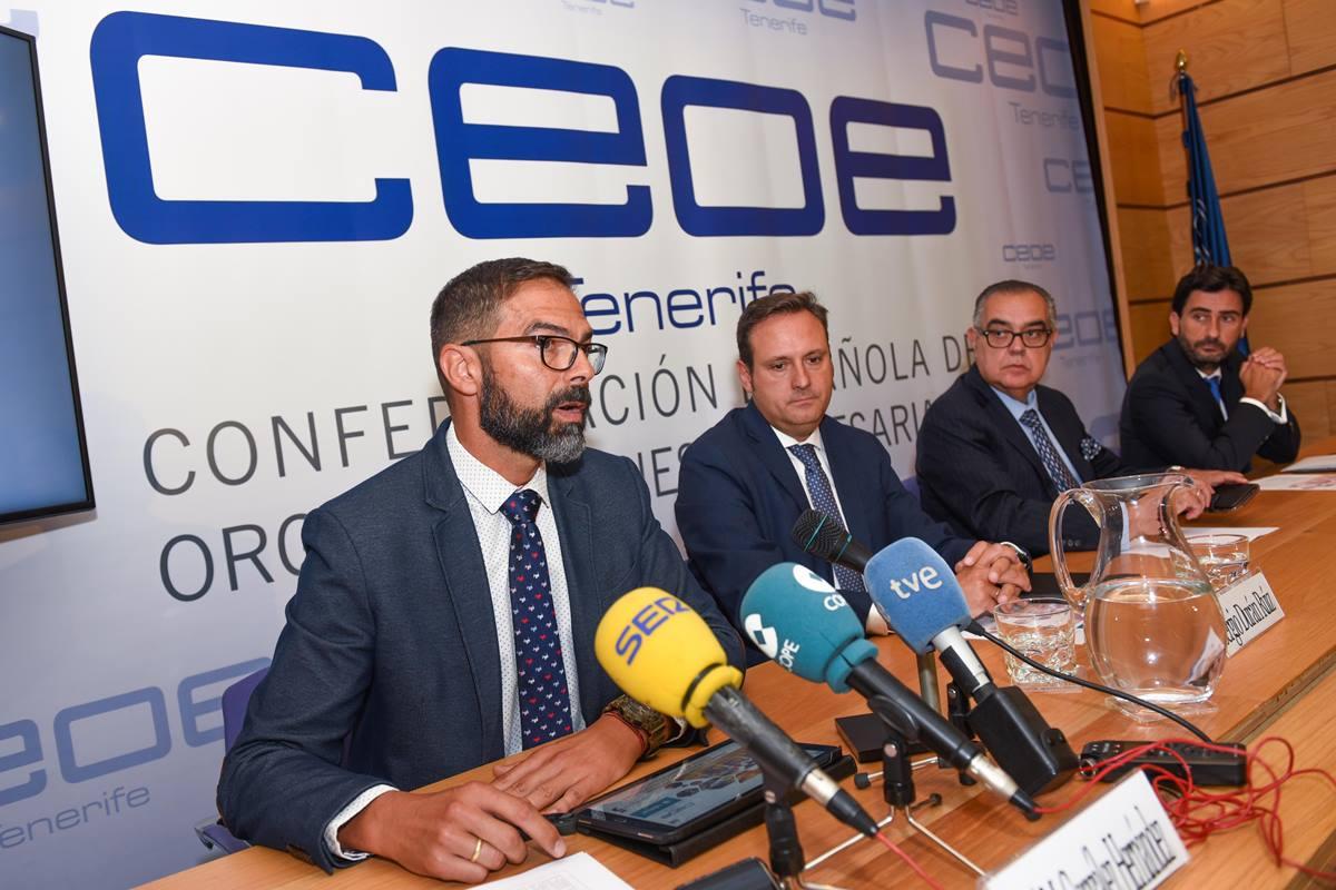 Los representantes de CEOE, Corporación 5 y Cajamar, patrocinador del informe, en la rueda de prensa. S.M.