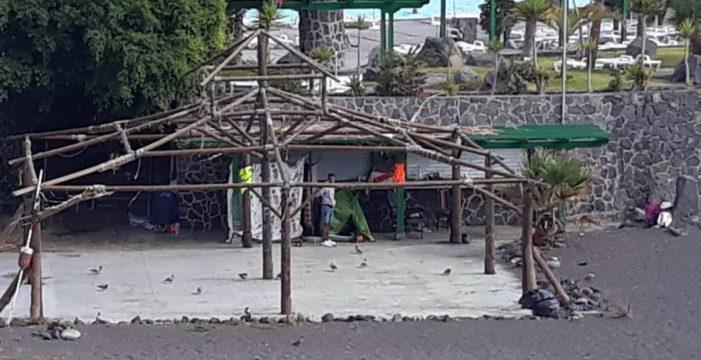Desalojan un asentamiento de chabolas en la playa del Parque Marítimo