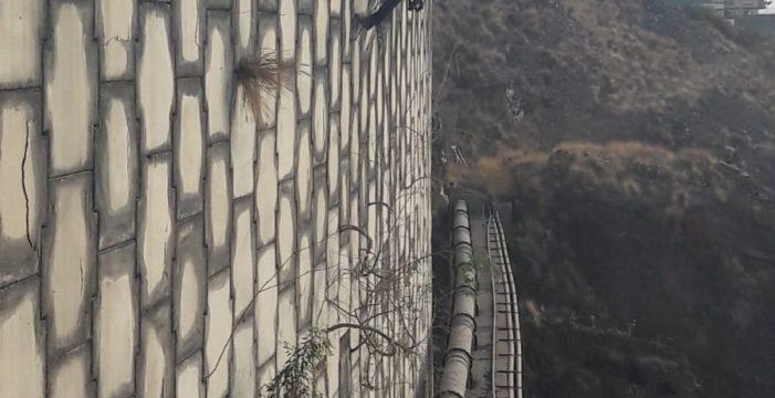 Se coloca una red de cable para reforzar el muro que sujeta la TF-1 en Las Caletillas