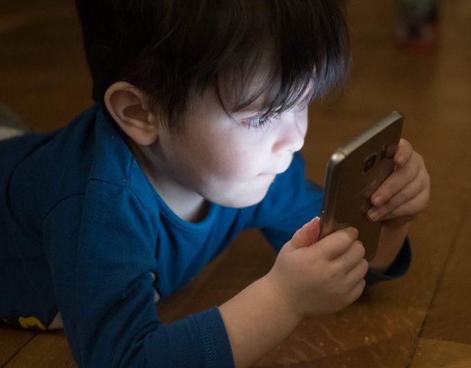 Lo advierten los expertos: esto es lo que puede suceder en los ojos de los niños adictos al móvil