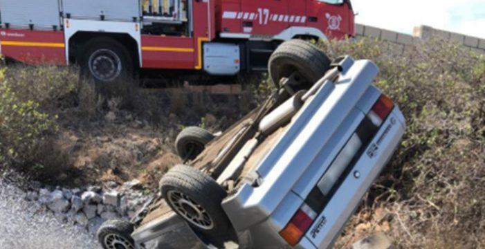 Los bomberos logran liberar de su coche a un hombre que sufrió un accidente grave en el Sur