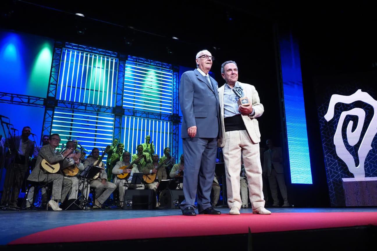 Elfidio Alonso entrega el premio a Sergio García Beltrán, que lo recoge en nombre de Los Gofiones. Sergio Méndez