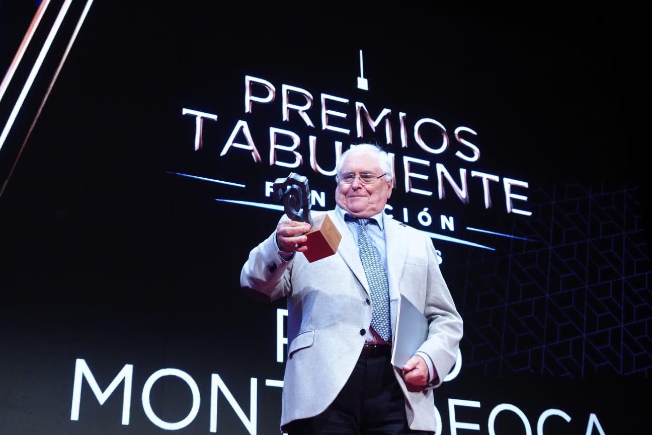 Domingo Álvarez director de Radio Televisión Española en Canarias entrega el premio al premiado Montesdeoca. Sergio Méndez