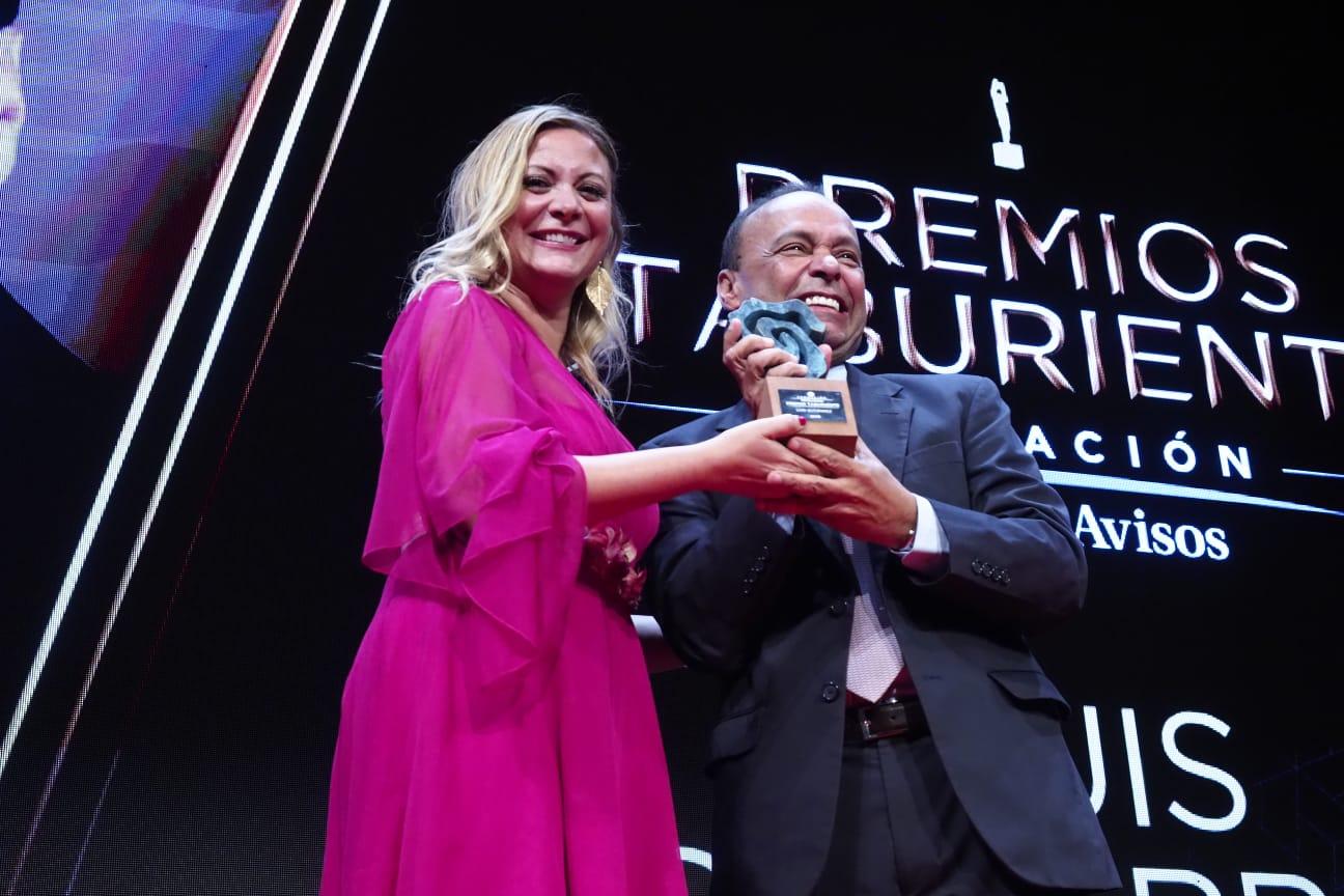 La más laureada de entre las periodistas españolas en Estados Unidos y compañera de este periódico, María Rozman, hace entrega del premio al ex congresista estadounidense Luis Gutiérrez. Sergio Méndez