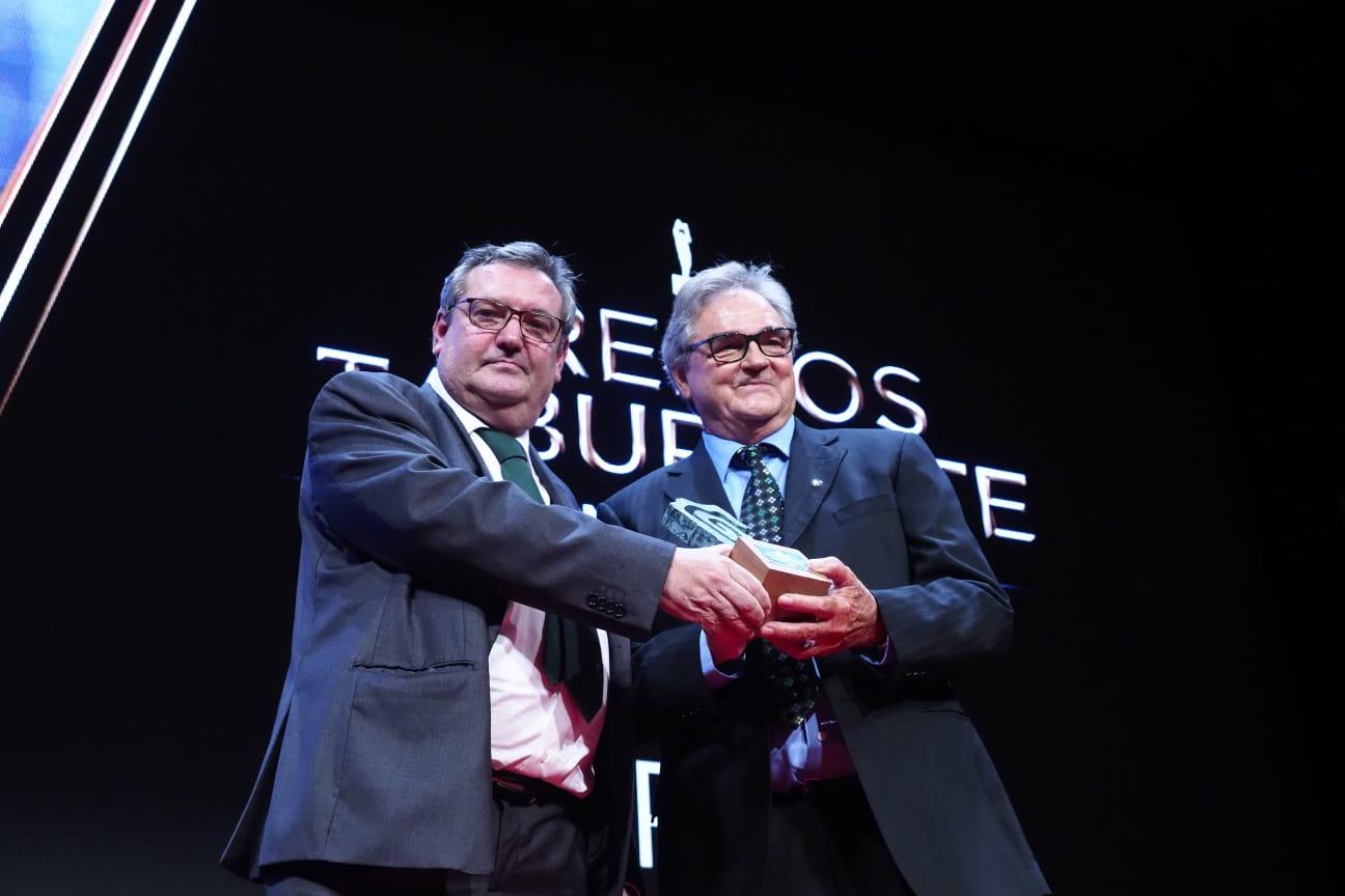 Nuestro compañero y director de la sección de gastronomía en Diario de Avisos es el responsable de entregar el Premio a un emocionado Carlos Gamonal. Sergio Méndez
