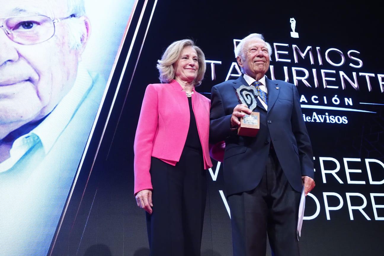 La ex rectora Tejedor entrega un merecidísimo premio a toda una trayectoria de éxitos y prestigio del tinerfeño Wildpriet. Sergio Méndez
