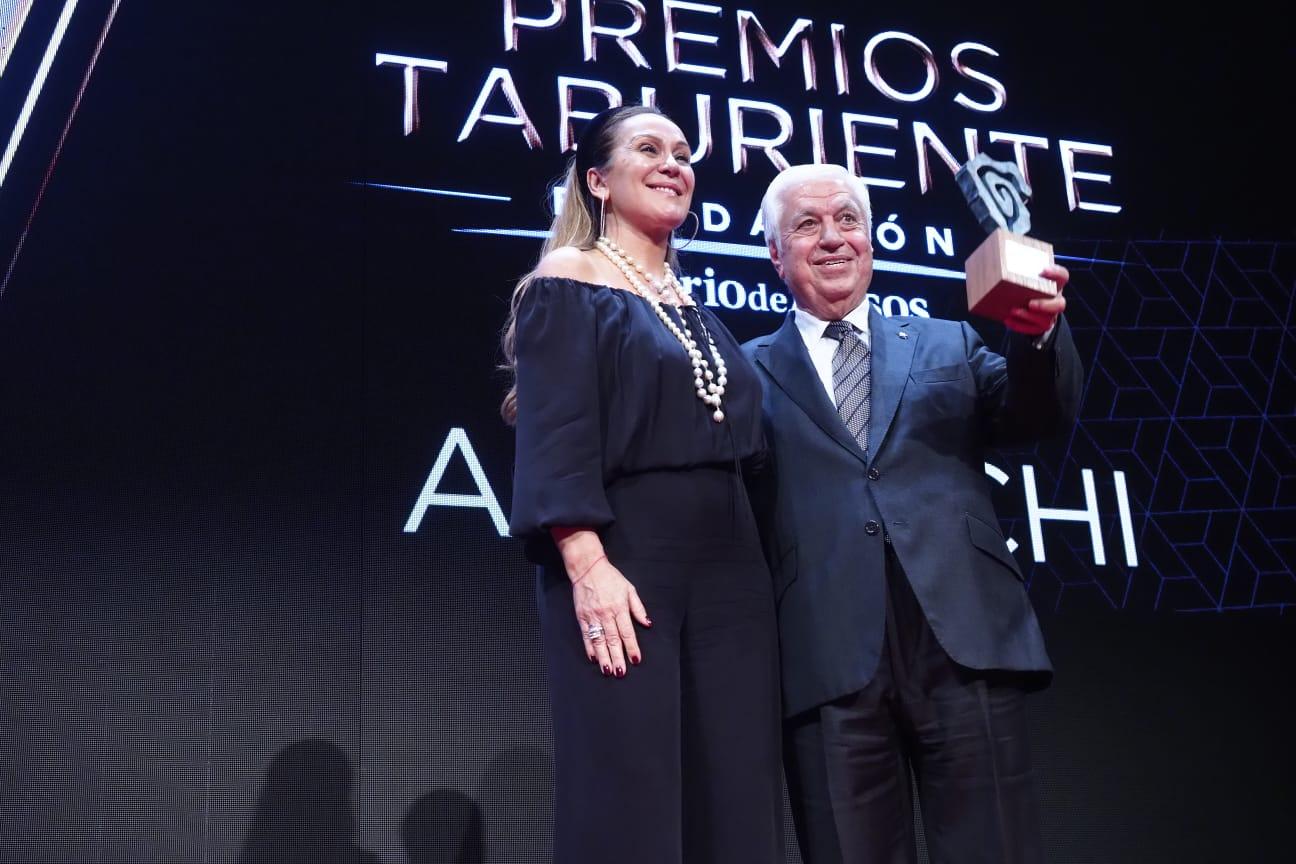 La directora de la Fundación Diario de Avisos es quien hace entrega a uno de los empresarios tinerfeños de mayor éxito en décadas. Un emocionado Achi brinda el premio al público. Sergio Méndez