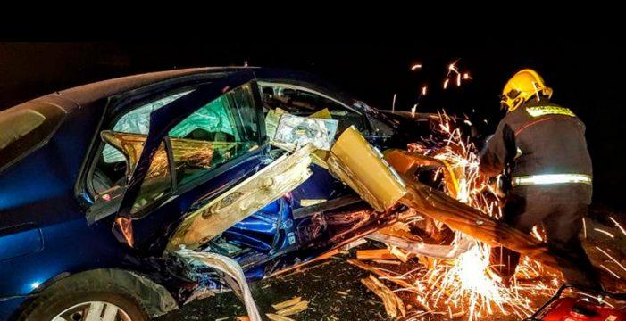 Salen casi ilesos tras empotrarse su coche contra una valla de carretera en Fuencaliente
