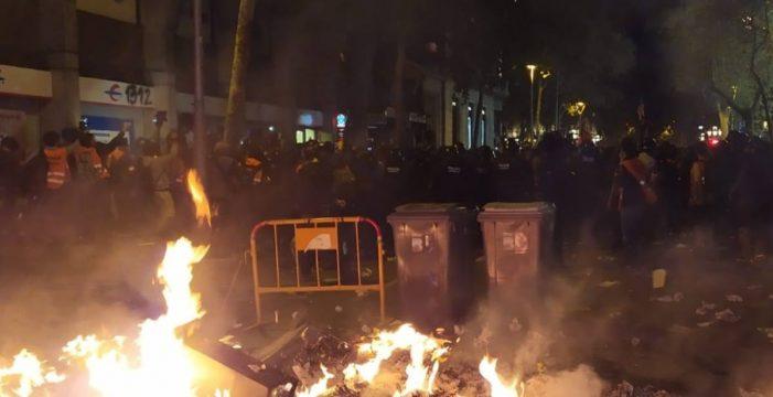 Encienden una hoguera en Barcelona ante el cordón policial cercano a la Delegación