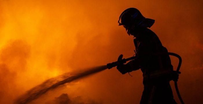 Incendian varios coches en una nueva noche de graves altercados