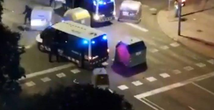 Un furgón de los mossos atropella a dos personas al dispersar la manifestación en Tarragona