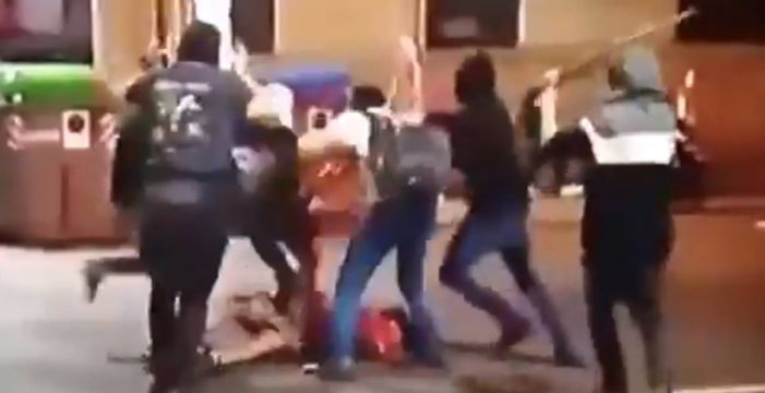 Una decena de ultras agrede de esta manera a un chico con palos en el centro de Barcelona