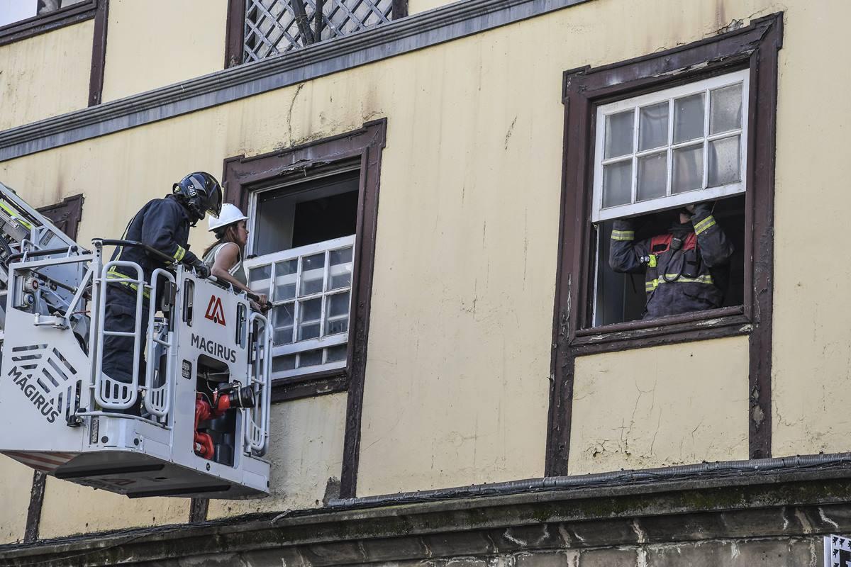 Momento en el que los bomberos procedían a inspeccionar el edificio tras el incendio del Ateneo. DA