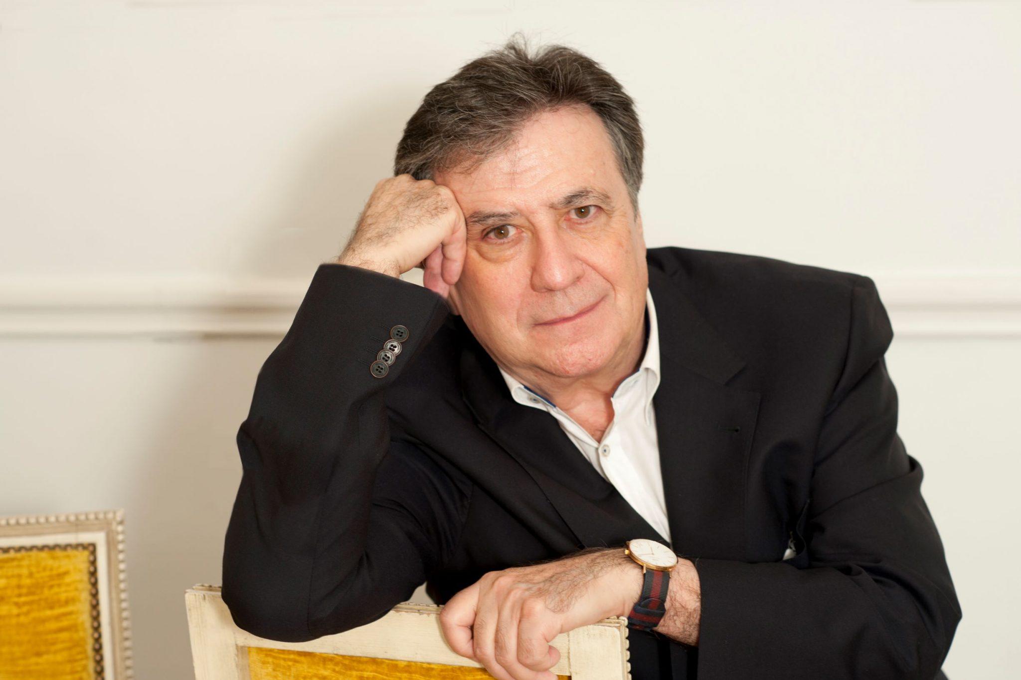 El escritor critica que la política 'del insulto' deriva en la falta de pensamiento y en un clima tóxico en España. DA