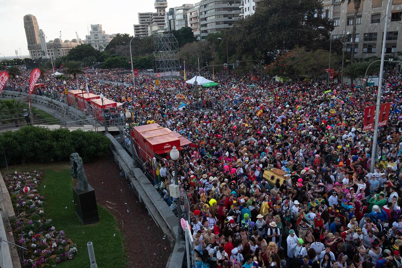 La aglomeración en las calles del Carnaval fue tan grande ese día que hay dudas sobre si la      seguridad desplegada fue suficiente. Fran Pallero