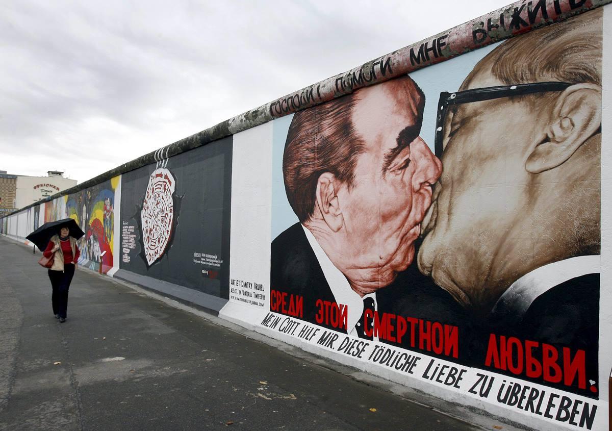 Graffiti con la imagen de uno de           los encuentros entre Leonid Brézhnev, presidente de la URSS entre 1966 y 1982, y Erich Honecker, líder de la República Democrática Alemana entre 1976 y 1989. D.A