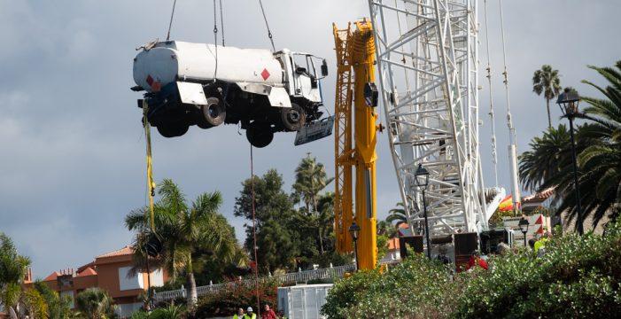 La grúa de 124 metros recupera el camión siniestrado de Tacoronte